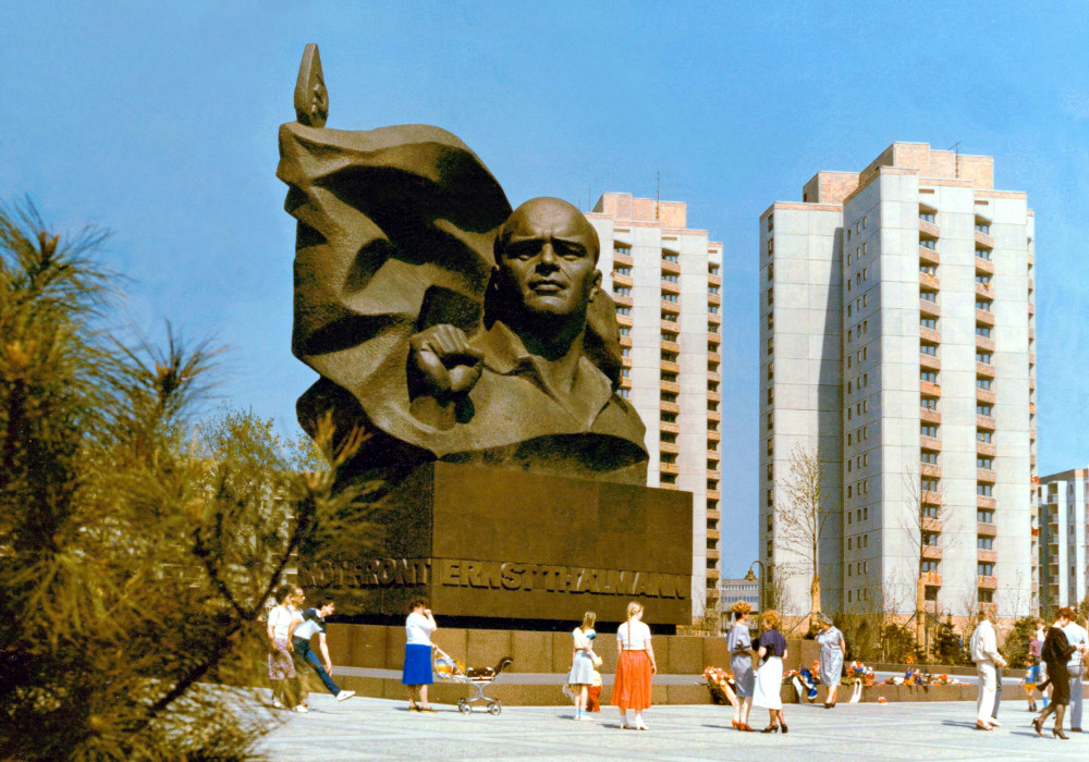 https://www.moderne-regional.de/wp-content/uploads/Berlin_Ernst-Th%C3%A4lmann-Plastik_Bild_Joerg_Blobelt_CC_BY_SA_4.0_1986-1.jpg