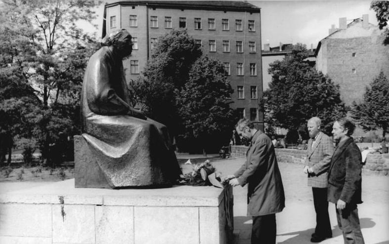 René Graetz in Berlin: Kranzniederlegung vor dem Kaethe-Kollwitz-Denkmal im Mai 1974 (Bildhauer Werner Richter (links), der Maler Ronald Paris (Mitte) und der Bildhauer René Grätz) (Bild: Bundesarchiv_Bild 183 N0524 023, Foto: Horst Sturm, CC BY SA 3.0)