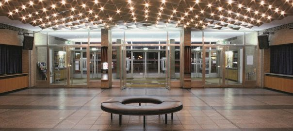 Sitzen im Kino International
