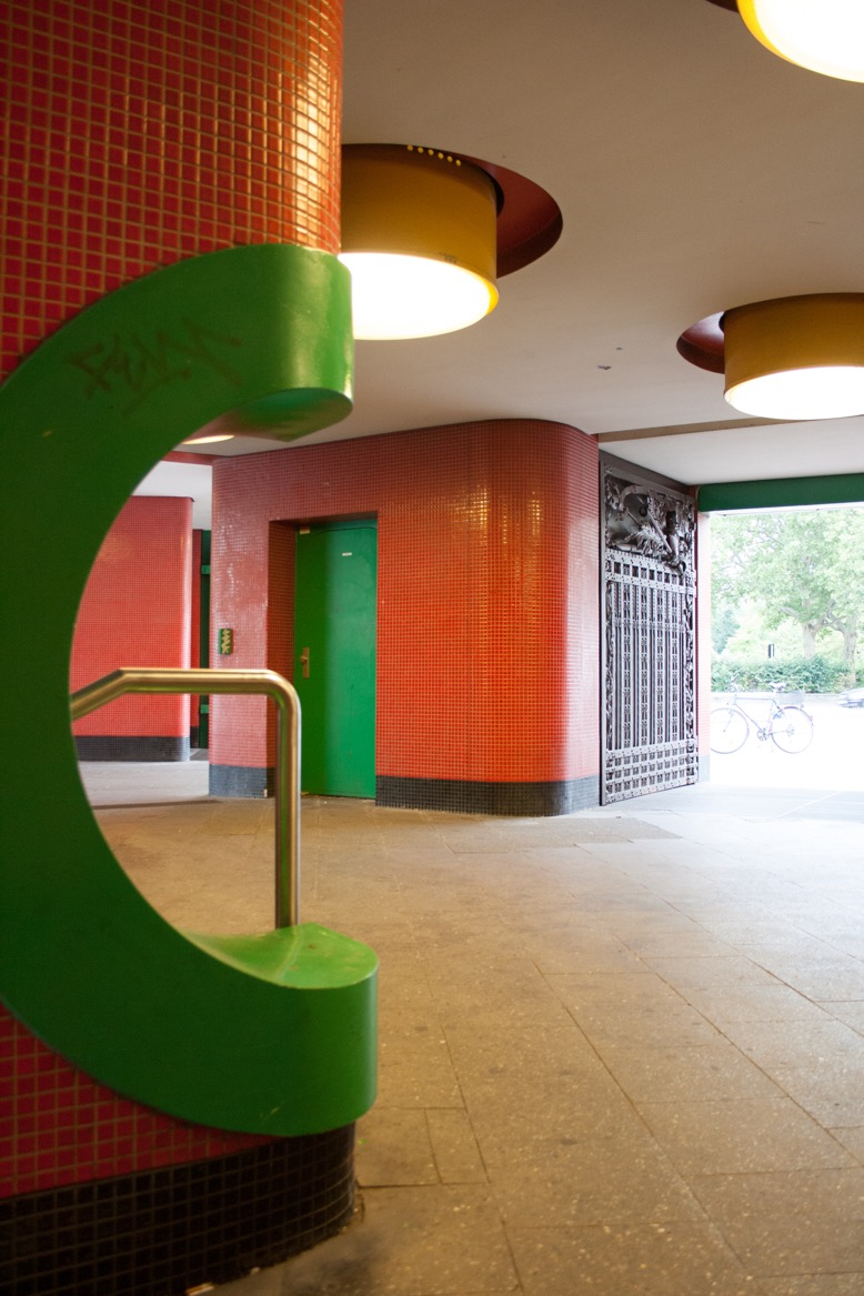 Berlin, Pavillon Fehrbelliner Platz, Blick durch die Passage neben dem Hauptabgang ins Freie (Bild: Verena Pfeiffer-Kloss, 2014)