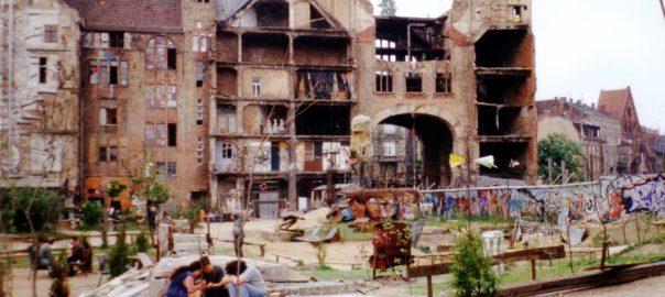 Berlin, Tacheles im Mai 1995 (Bild: Traumrune, GFDL oder CC BY SA 3.0)