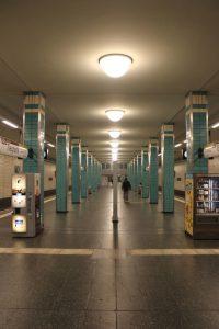 "Berlin, U-Bahnhof ""Tierpark"" (Bild: Andreas Sternberg, 2016)"