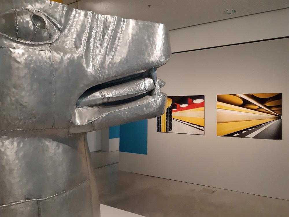 """Der Kerberos-Kopf wacht über die Exponate (Bild: Ausstellung """"Underground Architecture"""" in der Berlinischen Galerie, Februar 2019, Karin Berkemann)"""