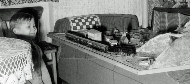 Bernd Bartetzko mit Modellbahn (Bild: privat, 1958)