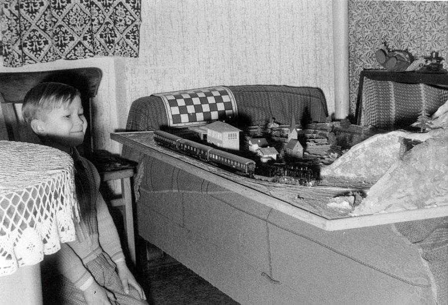 Bernd Bartetzko und seine Modellbahn 1958 (Bild: privat)