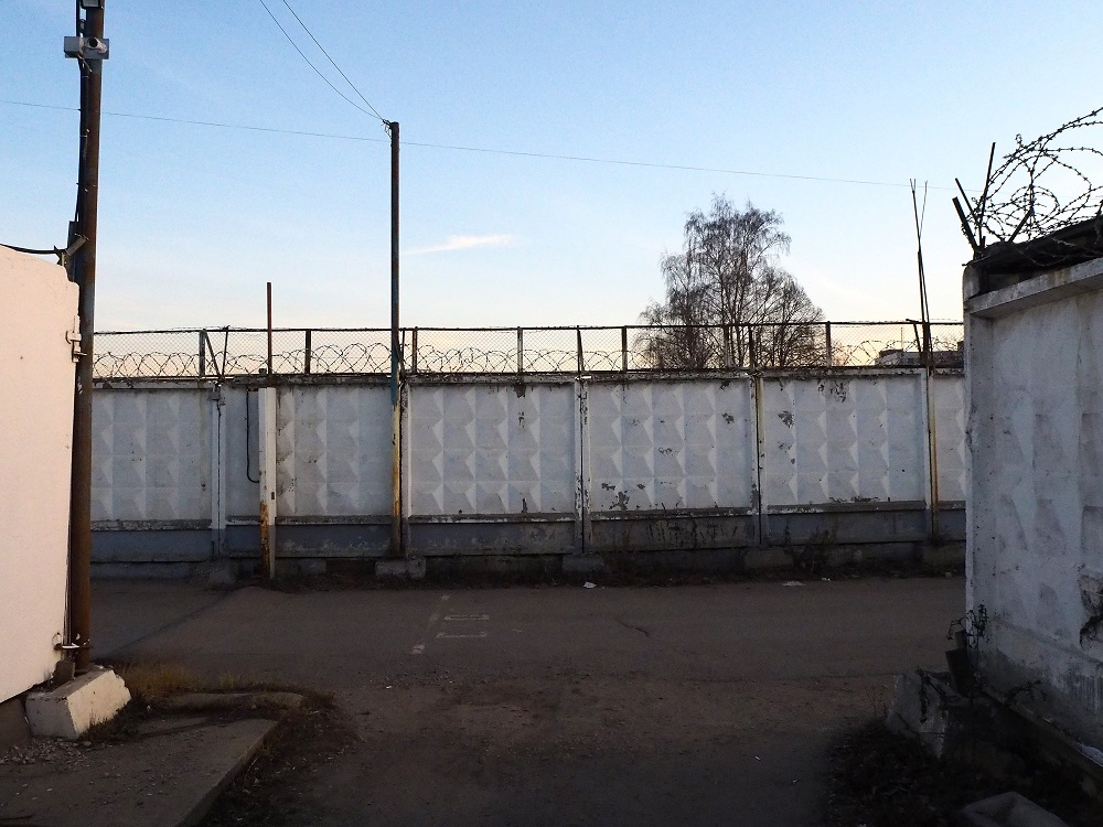 "Moskau, Industriegebiet Metrogorodok, der Betonzaun ""PO-2"" (Bild: Jiří Hönes)"