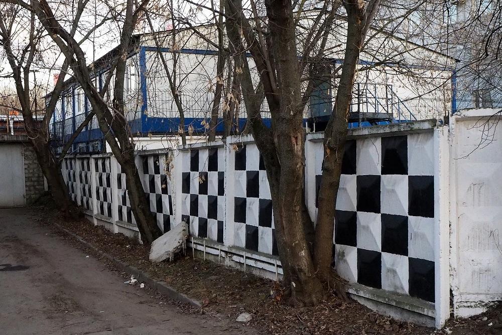 "Moskau, Industriegebiet Metrogorodok, Betonzaun-Elemente ""PO-2"" mit Schachbrettmuster (Bild: Jiří Hönes)"