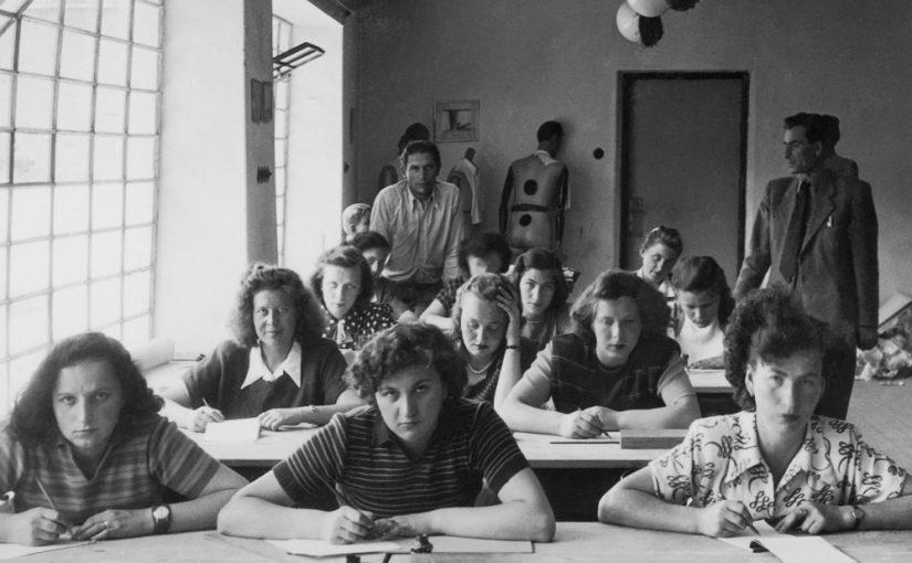 Studentinnen der Modeklasse an der Kunstgewerbeschule (ŠUR) in Bratislava, 1930er-Jahre, Autor unbekannt (Bild: Slowakisches Design Museum, Archiv von Iva Mojžišová)