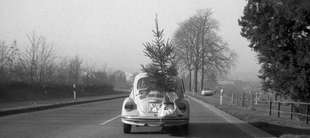 Bonn im Dezember 1972: VW-Käfer mit Weihnachtsbaum im Gepäck (Foto: Sonal Mehmet, Bild: Bundesarchiv Bild F038543-0006A, CC BY SA 3.0)
