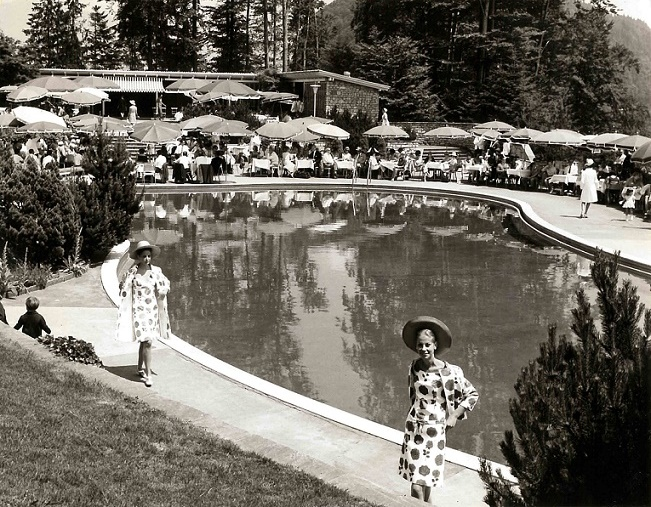 Blick auf das Bürgenstock-Freibad während einer Modeschau in den 1960er Jahren (historische Aufnahme, Quelle: Privatalbum Fred Hausheer (Direktor der Bürgenstock-Hotellerie in den 1960er Jahren)