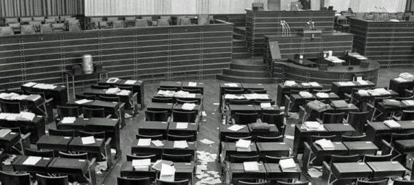 Bonn, Leerer Plenarsaal im Bundestag nach der Abstimmung über das Gesetz zur Europäischen Gemeinschaft für Kohle und Stahl (EGKS) 1952 (Bild: Bundesarchiv, B 145 Bild-F091457-0001, CC BY SA 3.0, 1952)