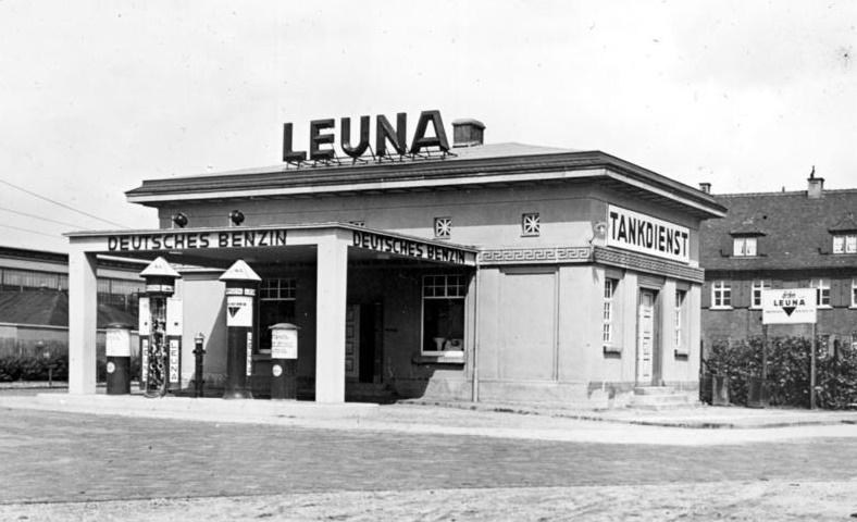 Leuna-Tankstelle (Bild: Bundesarchiv Bild_111-098-075, 1936, CC BY SA 3.0)