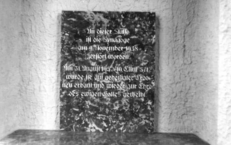 Erfurt, Neue Synagoge, Vorraum, Gedenktafel, 1952 (Bild: Bundesarchiv Bild 183-16134-0001, CC-BY-SA 3.0)
