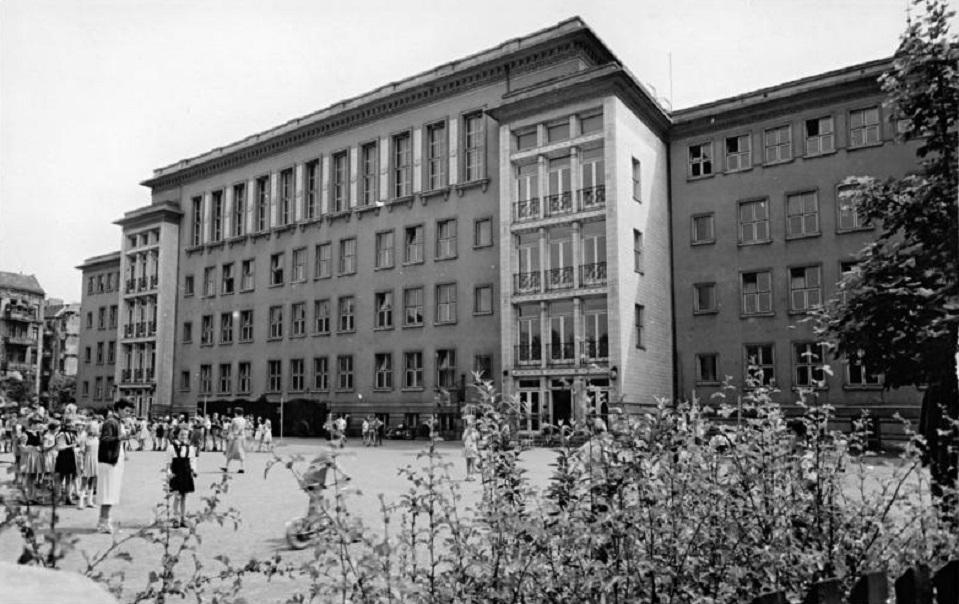 Berlin-Friedrichshain, Max-Kreuziger-Schule (Hans Schmidt, 1953–1954) (Bild: Bundesarchiv, Bild 183-64682-0001, CC BY SA 3.0, 1959)