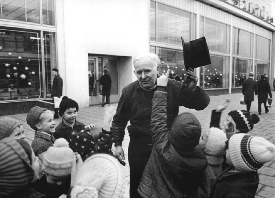 Berlin, Schornsteinfeger zu Neujahr in der Karl-Marx-Allee, 1966 (Foto: Ulrich Kohls, Bild: Bundesarchiv Bild 183-D1224-0013-002)