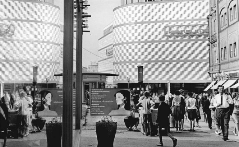 """Leipzig, Warenhaus """"Konsument"""" (Bild: Bundesarchiv Bild 183-G0829-0014-001, Friedrich Gahlbeck, CC BY SA 3.0, 1968)"""