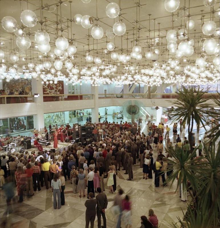 Berlin, Jugendtanz im Palast der Republik 1976 (Bundesarchiv Bild 183-R0706-417)