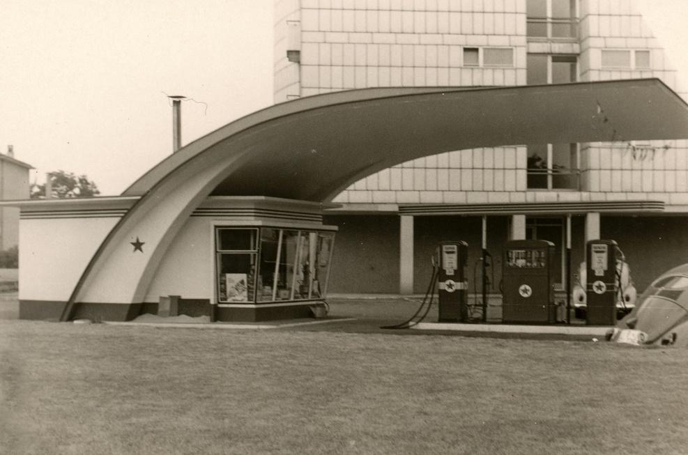 Caltex-Tankstelle mit der unverwechselbaren Dachform (Bild: Sammlung Ulrich Biene)