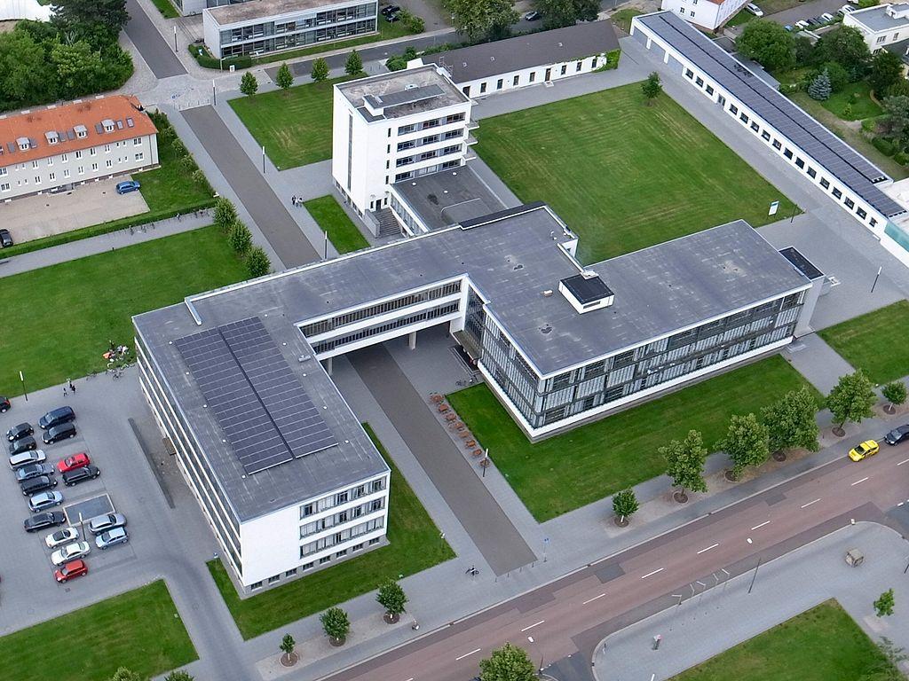Dessau, Bauhausgebäude (Bild: M_H.DE, GFDL oder CC BY SA 3.0, 2013)