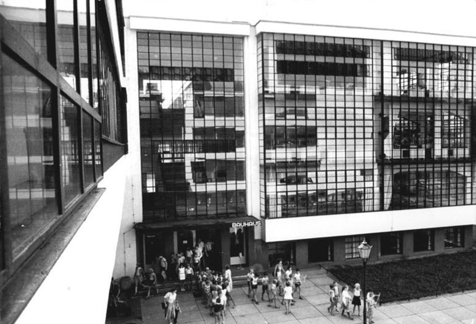 Dessau, wiederhergestelltes Bauhausgebäude, 1983 (Bild: Bundesarchiv Bild 183-1983-0804-025, CC BY SA 3.0)