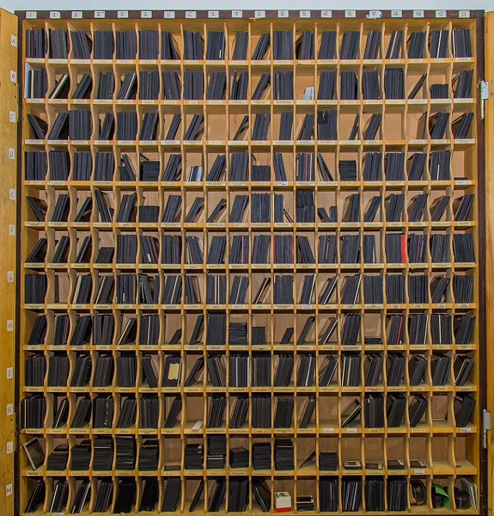 Schrank mit historischen Glasplattendias (Bild: O. Böhm)