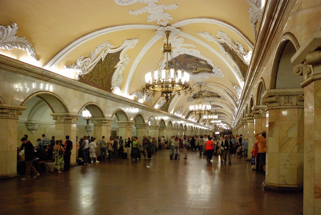 Die Metrostation Komsomol'skaja begrüßt die Moskauer Pendler mit Stuck und Kronleuchter (Bild: Lite)