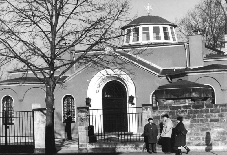 In Dresden diente eine ehemalige Trauerhalle jahrzehntelang als Synagoge (Foto: U. Häßler, Bild: Bundesarchiv Bild 183-1988-1105-012, Copyright: CC-BY-SA 3.0)