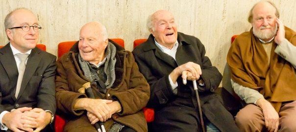 """Paul Böhm mit seinem Vater Gottfried, dessem älteren Bruder Paul Böhm (*1918) und seinem eigenen Bruder Stephan bei der Filmpremiere von """"Die Böhms – Architektur einer Familie"""" in Köln (Bild: Shedow373, CC BY SA 4.0, 2015)"""