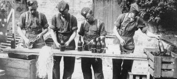 Die britische Armee fertigt Molotowcocktails gegen die deutsche Invasion von 1940 (Bild: Kessell, IWM Non Commercial Licence)