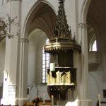 Die neue Raummitte: der Altarblock von Hans Kock unter der historistischen Kanzel des Greifswalder Doms (Bild: Tilman2007, CC BY SA 3.0)