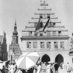 """""""Plane mit - arbeite mit - regiere mit"""": der Greifswalder Marktplatz mit Domsilhouette im Jahr 1963 (Bild: Bundesarchiv Bild 183-B0711-0003-001, CC BY SA 3.0)"""