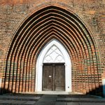 Von West nach Ost: das ehemalige Hauptportal im Westen des Greifswalder Doms (Bild: Schiwago, CC BY SA 3.0)