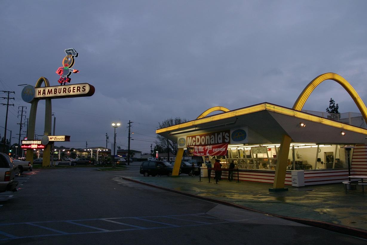 Das älteste geöffnete McDonalds-Restaurant (1953) in Downey/Caifornien (Bild: Bryan Hong, CC BY SA 3.5)
