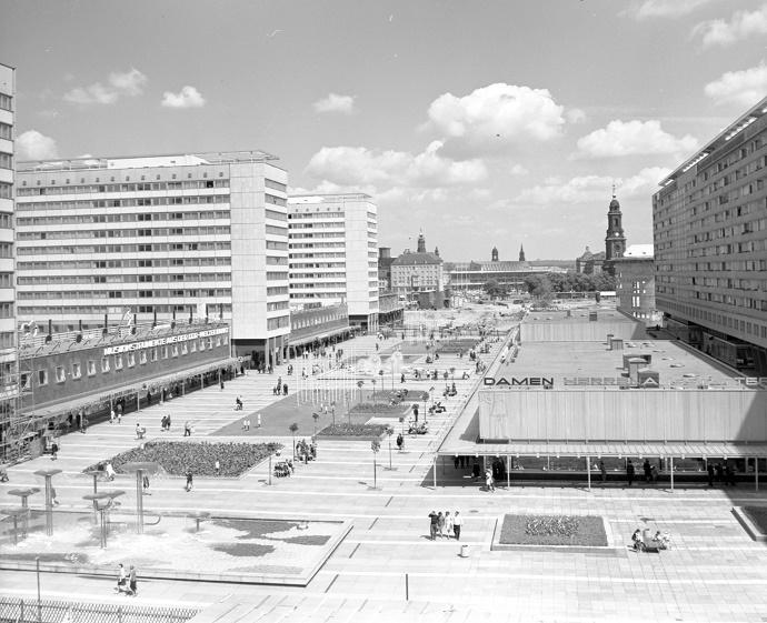 Dresden, Prager Straße mit Hotelbauten (links), Pavillons und langer Wohnzeile (rechts), Blick nach Norden in Richtung Dr.-Külz-Ring, 1970 (Bild: Landeshauptstadt Dresden, Stadtplanungsamt, Bildstelle)
