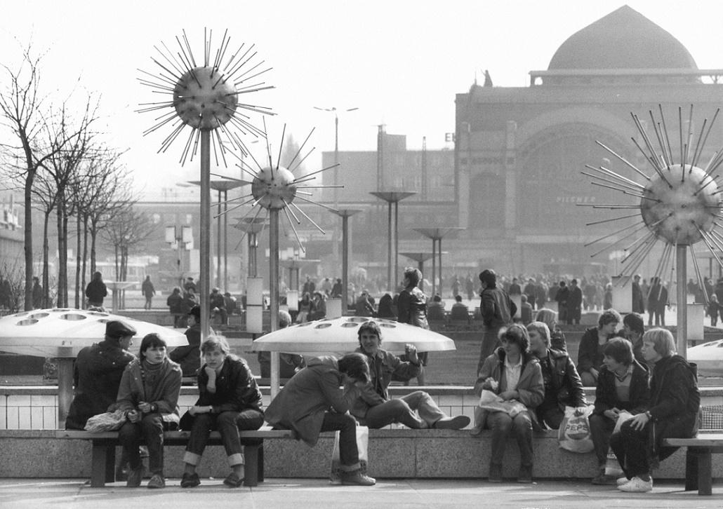 Dresden, die Prager Straße als beliebter Treffpunkt, Blick nach Süden in Richtung Hauptbahnhof, 1982 (Bild: Bundesarchiv, Bild 183-1982-0413-007, Foto: Ulrich Häßler)