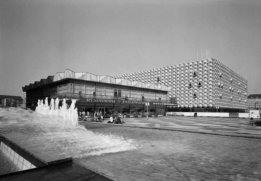 """Dresden, Prager Straße, Restaurant """"International"""" und Centrum Warenhaus, Fotoaufnahme 1977 (Bild: SLUB Dresden/Deutsche Fotothek, Foto: Regine Richter)"""
