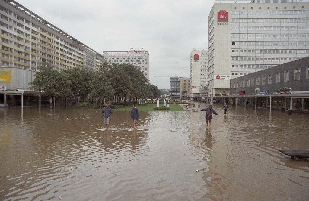 """Dresden, """"Jahrhunderthochwasser"""" in der Prager Straße, 2002 (Bild: SLUB Dresden/Deutsche Fotothek, Foto: Hendrik Ahlers)"""