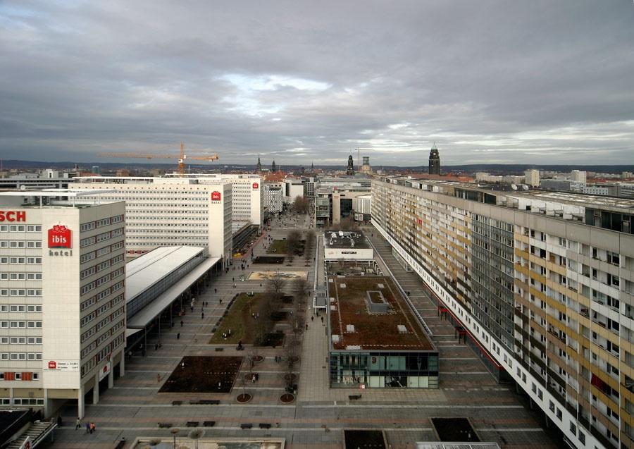 """Dresden, Prager Straße während der Umgestaltung nach dem """"Jahrhunderthochwasser"""", Blick nach Norden in Richtung Dr.-Külz-Ring, 2004 (Foto: Andreas Muhs)"""