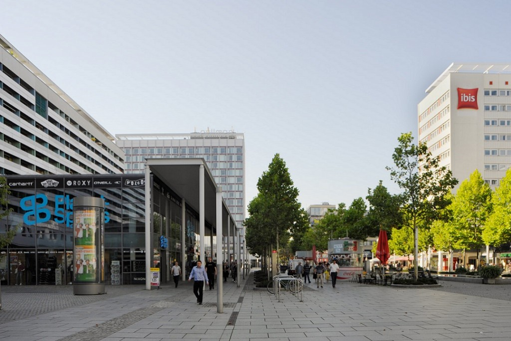 """Dresden, neue """"Arkaden und Kolonaden"""" vor den neuen Verkaufspavillons der Prager Straße, 2013 (Bild: SLUB Dresden/Deutsche Fotothek, Foto: André Rous)"""