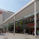 """Dresden, neue """"Arkaden und Kolonaden"""" zwischen den Hotels """"Königstein"""" und """"Lilienstein"""" in der Prager Straße, 2013 (Bild: SLUB Dresden/Deutsche Fotothek, Foto: André Rous)"""