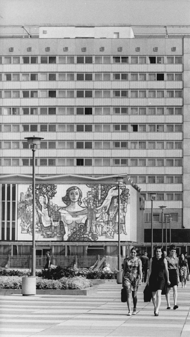 """Dresden, Wandbild """"Dresden grüßt seine Gäste"""" von Kurt Sillack und Rudolf Lipowski am ehemaligen Restaurant Bastei, 1970 (Bild: Bundesarchiv Bild 183-J0922-0007-001, Foto: Ulrich Häßler)"""