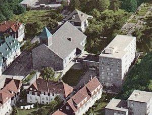 Ennepatal, Herz-Jesu-Kirche mit Altenheim St. Elisabeth, wohl um 1961 (Bild: historische Postkarte)