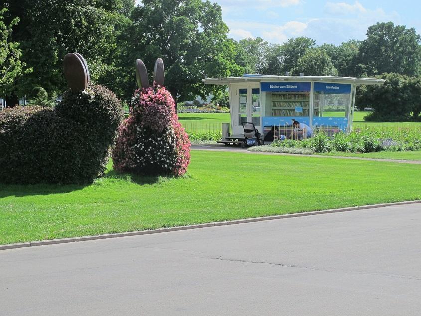 Erfurt, egapark, Pavillon neben Monsterhasen (Bild: K. Berkemann)