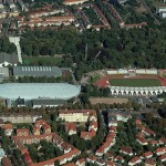 Erfurt, Steigerwaldstadion: rechts im Bild die Arena mit Marathontor, links oben die Schwimm- und die Schalensporthalle mit dem markant gefalteten Dach (Bild: TomKidd, GFDL/CC-BY-SA-3.0)