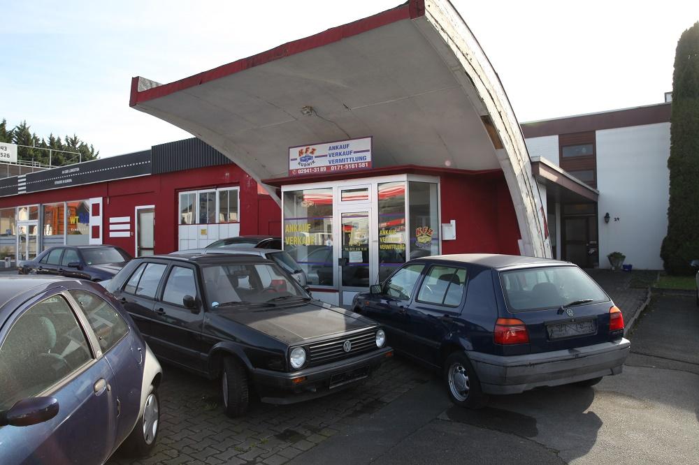 Erwitte, Gebrauchtwagenhandel in ehemaliger Caltex-Tankstelle mit gekürztem Dach (Bild: Ulrich Biene)