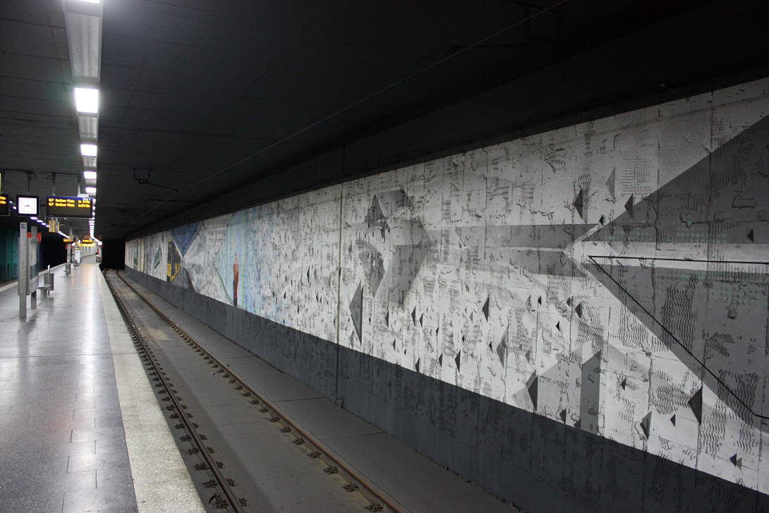 """Essen, U-Bahnhof """"Bismarckplatz"""", abgeschlagener Fliesenspiegel im Gleisbereich (Bild: Sebastian Bank, 2015)"""