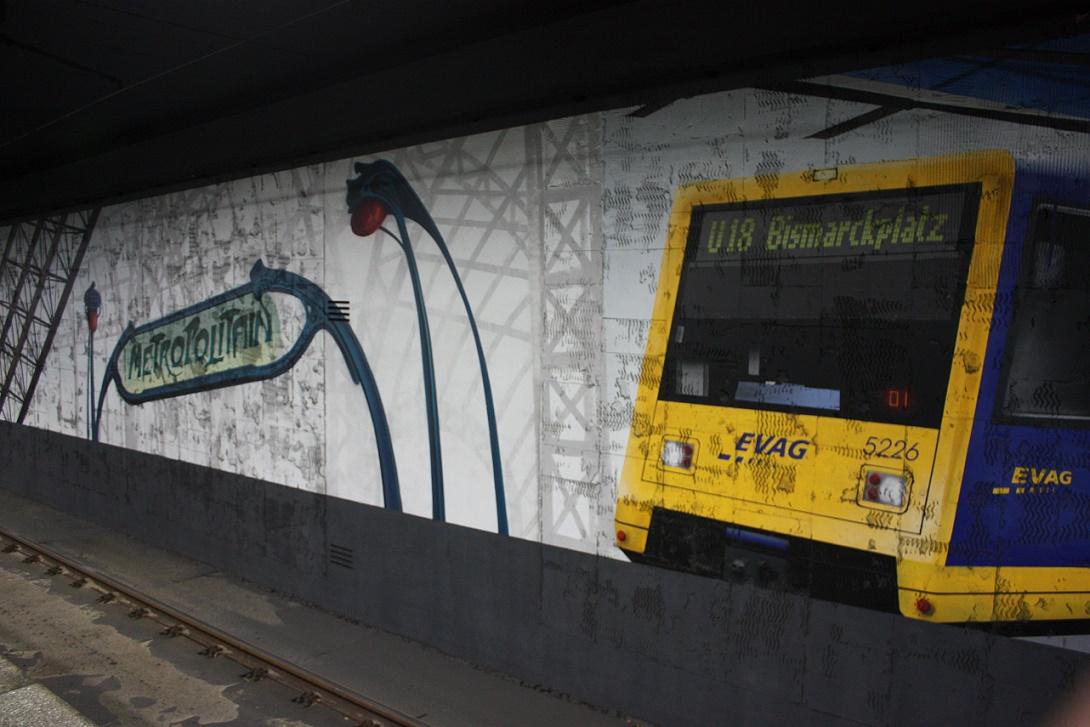 """Essen, U-Bahnhof """"Bismarckplatz"""", abgeschlagener Fliesenspiegel im Gleisbereich, Kunstwerk farbfieber e. V. (Bild: Sebastian Bank, 2015)"""