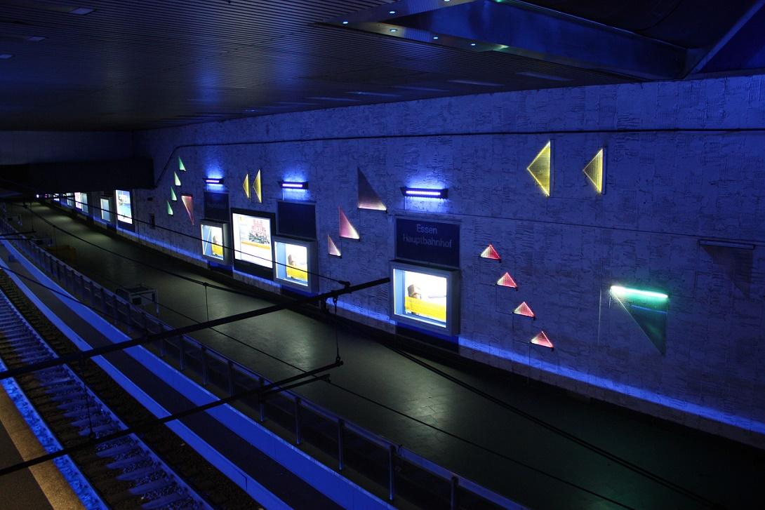"""Essen, U-Bahnstation """"Hauptbahnhof"""", abgeschlagener Fliesenspiegel im Gleisbereich (Bild: Sebastian Bank, 2015)"""
