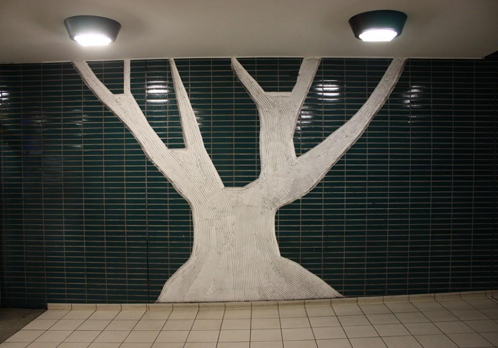 """Essen, U-Bahnstation """"Hauptbahnhof"""", originale Fliesen, nachträglich in Baumform gefräst (Bild: Sebastian Bank, 2015)"""