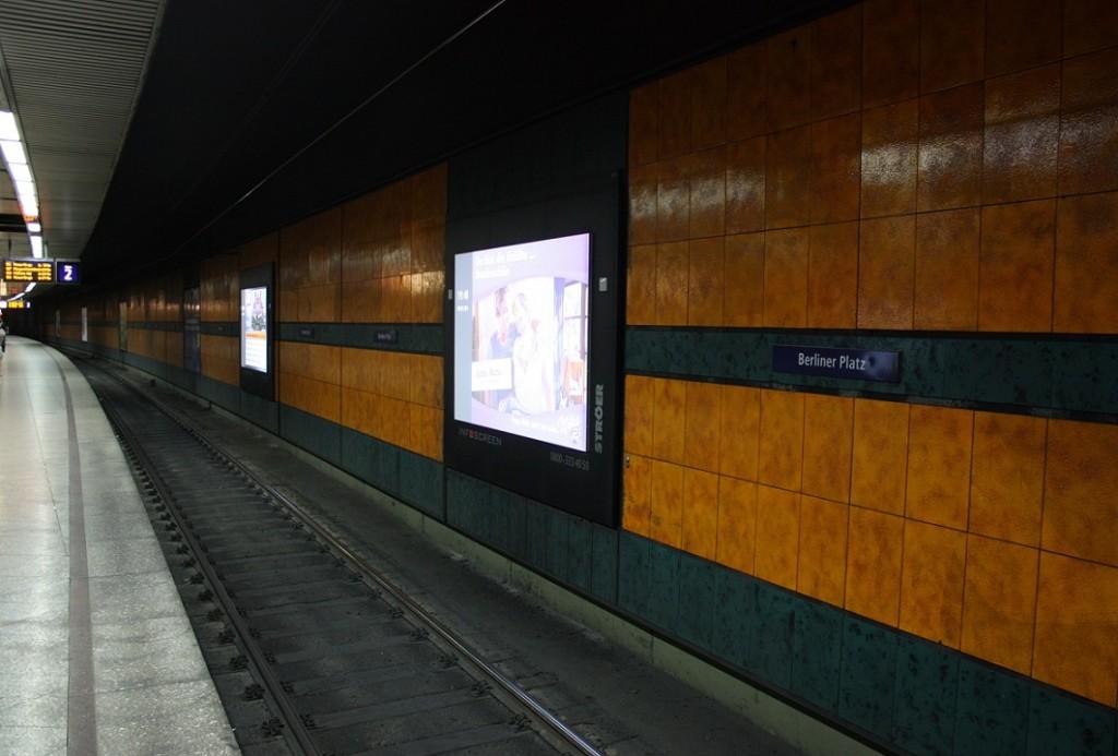 """Essen, U-Bahnhof """"Berliner Platz"""", Gleisbereich mit orange- und grünfarbenen Fliesen (Bild: Sebastian Bank, 2015)"""